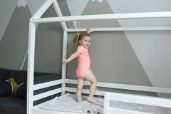 2 años preciosos lindos de niña en su cama en casa Imagen de archivo libre de regalías