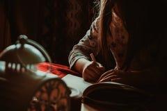6 años que escriben a la muchacha Foto de archivo libre de regalías