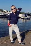 Años rubios en una camisa azul, pantalones ligeros del bebé 8 Fotografía de archivo libre de regalías