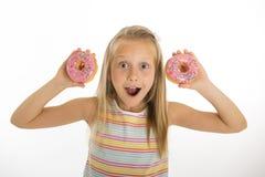 Años rubios felices y emocionados hermosos jovenes de la muchacha 8 o 9 que llevan a cabo jugar de dos anillos de espuma alegre e Fotografía de archivo libre de regalías