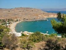 Aúlla y la playa cerca de la ciudad de Lindos Imagen de archivo