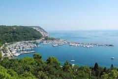Aúlle con el centro turístico en el golfo de Trieste Fotografía de archivo