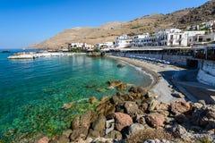 Aúlle con la pequeña playa en el centro de la ciudad de Chora Sfakion, Creta Foto de archivo