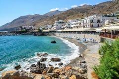 Aúlle con la pequeña playa en el centro de la ciudad de Chora Sfakion, Creta, Grecia Imágenes de archivo libres de regalías