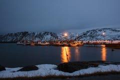 Aúlle con los barcos durante noche polar cerca del cabo de Nord en Skarsvg, Noruega Foto de archivo