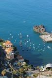 Aúlle con los barcos y la ciudad en la costa Camara-de-Lobos, Madeira, Portugal Fotos de archivo