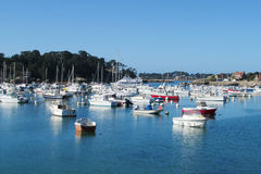 Aúlle con los barcos y las casas en la orilla Foto de archivo