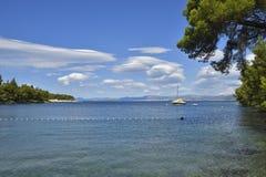 Aúlle en el mar adriático en la isla de Brac en Croacia Foto de archivo libre de regalías