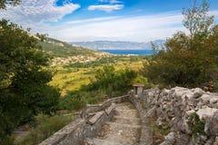Aúlle en la isla de Krk con la visión a Baska, Croacia Fotos de archivo libres de regalías