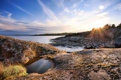 Aúlle en la orilla pedregosa de la isla Imagen de archivo
