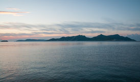 Aúlle en la puesta del sol cerca de Methoni, Peloponeso, Grecia Fotos de archivo libres de regalías