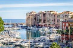 Aúlle en Mónaco con yacths y casas rojas Imagenes de archivo
