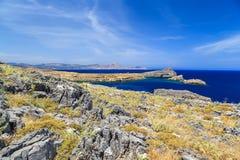 Aúlle entre las rocas y las montañas, Grecia Lindos Rodas Foto de archivo