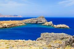 Aúlle entre las rocas y las montañas, Grecia Lindos Rodas Fotos de archivo
