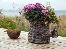 Aún cesta hermosa de la vida de flores Foto de archivo libre de regalías