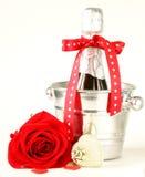 Aún champán romántico de la vida, rosas, regalos Fotografía de archivo