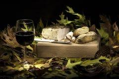 Aún composición otoñal de la vida con manteca de cerdo, pan y vino rojo Fotografía de archivo