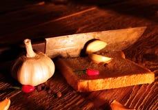Aún especias rurales de la vida, cebolla, ajo, pimienta, cuchillo Imagenes de archivo