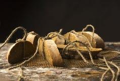 Aún fotografía conceptual de la vida de los pedazos de pan atados con t Fotografía de archivo libre de regalías