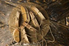 Aún fotografía conceptual de la vida de los pedazos de pan atados con t Foto de archivo