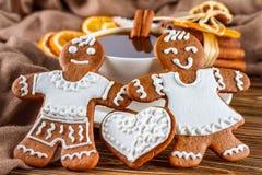 Aún la vida romántica en la Navidad del tema o Año Nuevo - panes de jengibre hechos en casa de la Navidad con una taza de café Imagen de archivo libre de regalías