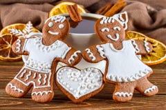 Aún la vida romántica en la Navidad del tema o Año Nuevo - panes de jengibre hechos en casa de la Navidad con una taza de café Imagenes de archivo
