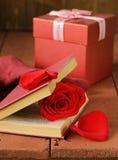 Aún libro de la vida y rosa románticos del rojo Fotografía de archivo