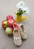 Aún sandalias rurales de la vida hechas de corteza Fotografía de archivo libre de regalías