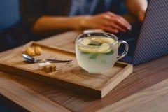 aún taza acogedora de la vida del té, galletas en el fondo de una muchacha Foto de archivo