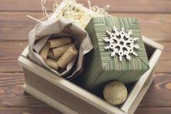 Aún una vida festiva con una caja de madera grande con los presentes y las galletas Foto de archivo libre de regalías