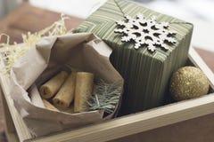 Aún una vida festiva con una caja de madera grande con los presentes y las galletas Imágenes de archivo libres de regalías