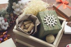 Aún una vida festiva con cajas de madera y de regalo grandes Foto de archivo libre de regalías