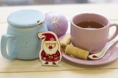 Aún una vida festiva con té, un cuenco de azúcar y los juguetes del Cristmas-árbol Fotografía de archivo