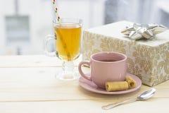 Aún una vida festiva con té, y una caja de regalo Foto de archivo libre de regalías