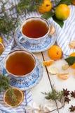 Aún una vida hermosa con las tazas de té y de mandarinas Fiesta del té de la Navidad Imagen de archivo