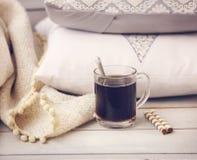 Aún vida acogedora con café, las almohadas y la tela escocesa Imagen de archivo