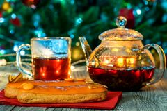 Aún vida acogedora con té, luz de la vela y eclairs Imágenes de archivo libres de regalías