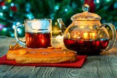 Aún vida acogedora con té, luz de la vela y eclairs Fotos de archivo
