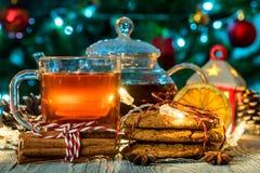 Aún vida acogedora con té, luz de la vela y galletas Imagen de archivo libre de regalías