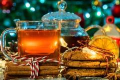 Aún vida acogedora con té, luz de la vela y galletas Fotografía de archivo