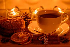 Aún vida acogedora con té, luz de la vela y galletas Imagen de archivo