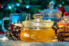 Aún vida acogedora con té, luz de la vela y miel Imágenes de archivo libres de regalías