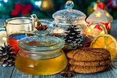 Aún vida acogedora con té, luz de la vela y miel Fotografía de archivo