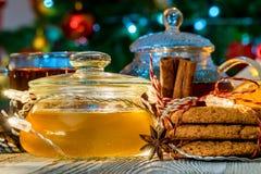 Aún vida acogedora con té, luz de la vela y miel Fotos de archivo libres de regalías