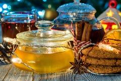 Aún vida acogedora con té, luz de la vela y miel Imagen de archivo libre de regalías
