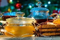 Aún vida acogedora con té, luz de la vela y miel Imagenes de archivo