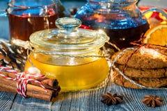 Aún vida acogedora con té, luz de la vela y miel Fotografía de archivo libre de regalías