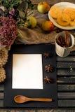 aún vida acogedora de la comida con un papel negro de la hoja Fotos de archivo libres de regalías