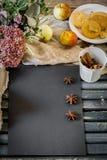 aún vida acogedora de la comida con un papel negro de la hoja Fotografía de archivo