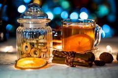 Aún vida acogedora del té, de la luz de la Navidad y de los pasteles Foto de archivo